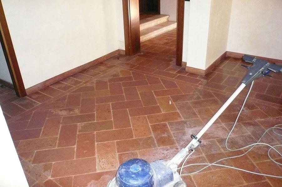 Manutenzione e restauro pavimento in cotto a treviso - Pulire fughe piastrelle da olio ...
